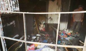 Carregador na tomada causa incêndio e casa fica parcialmente destruída