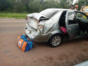 Duas pessoas são socorridas pelo Corpo de Bombeiros após colisão entre carro e carreta